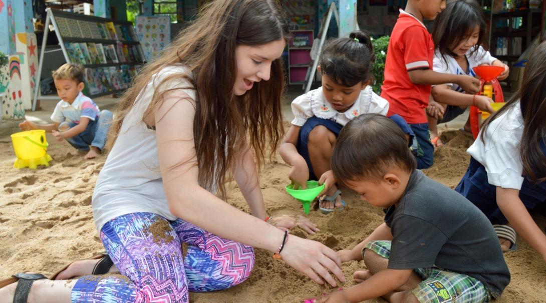 Voluntaria jugando con un niño camboyano durante su viaje de voluntariado para jóvenes en el extranjero.